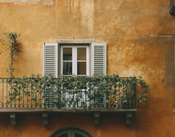 Colazione all'aperto anche in città, ovvero come sfruttare al meglio il balcone